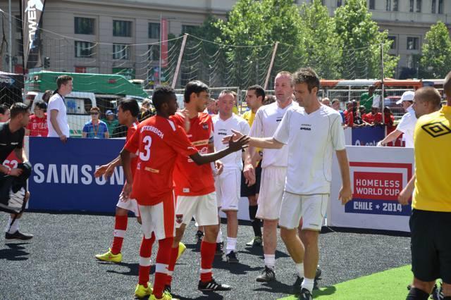 Kent (forrest i hvid) og holdkammeraterne hilser på modstanderne fra Øtrig.