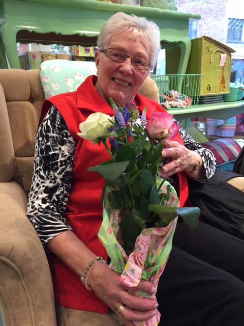 Kirsten var den første, der fik blomster af Amin og Charlotte.