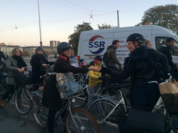 Efter få minutter var der f.eks. en cyklist, der klarede udfordringen med det samme og delte Twix'en med en medcyklist foran.
